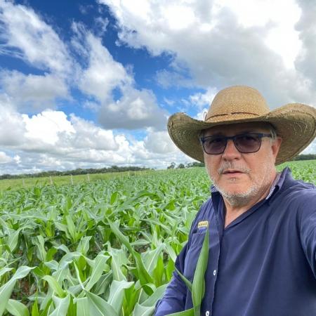 Cláudio Calaçam na lavoura de milho no município de Mozarlândia (GO)