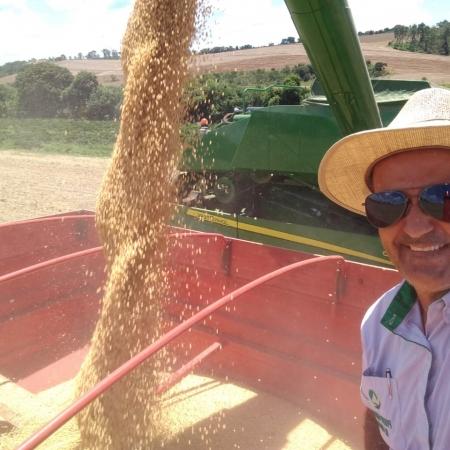 Consultor técnico Márcio Rodrigues na colheita da soja em Cristais (MG)