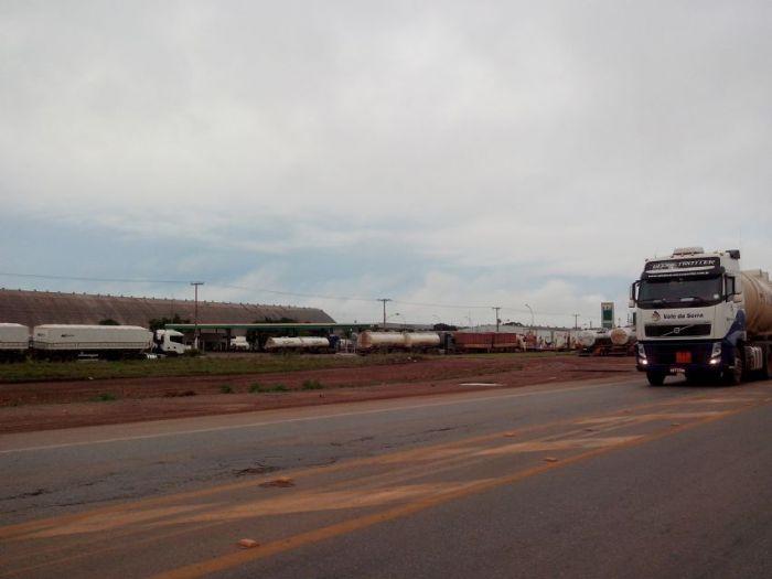 Imagem do dia - Greve MT - Em Cuiabá muitos caminhoneiros optaram em ficar parados nos pátios dos postos de combustível. Foto Viviane Petroli/Agro Olhar
