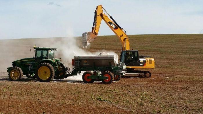 Imagem do dia - Aplicando calcário na Fazenda Reginato em Faxinal dos Guedes (SC)