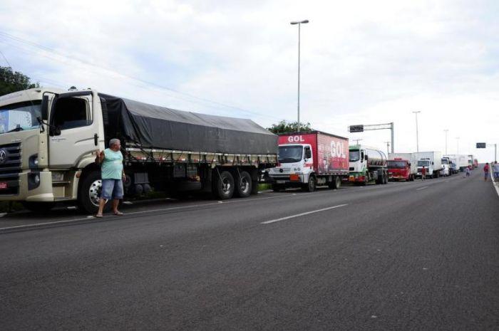 Imagem do dia - Greve RS - Em Três Cachoeiras, cerca de quatro mil caminhões seguem parados no acostamento. Foto: Ronaldo Bernardi/Agencia RBS