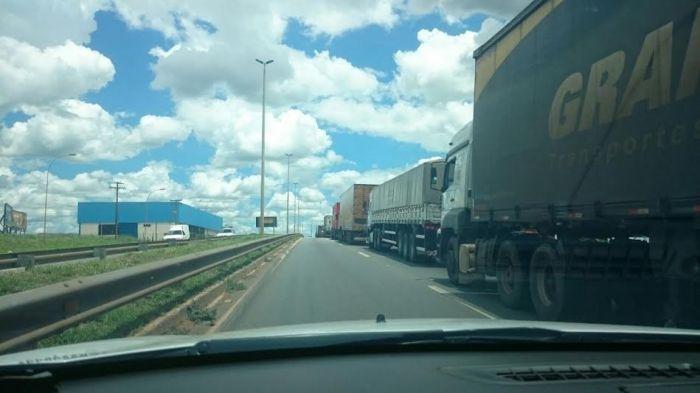 Imagem do dia - Greve GO - Protestos dos caminhoneiros na BR- 153, em Aparecida de Goiania (GO). Envio de Missias.