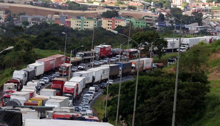 Imagem do dia - Greve MG - Caminhoneiros protestam na BR-381 em Betim, Minas Gerais. Foto da agência Reuters