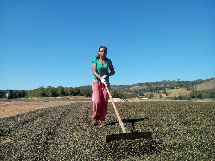 Angélica trabalha no processo de secagem do café em sua propriedade (Foto: Angélica Cunha)