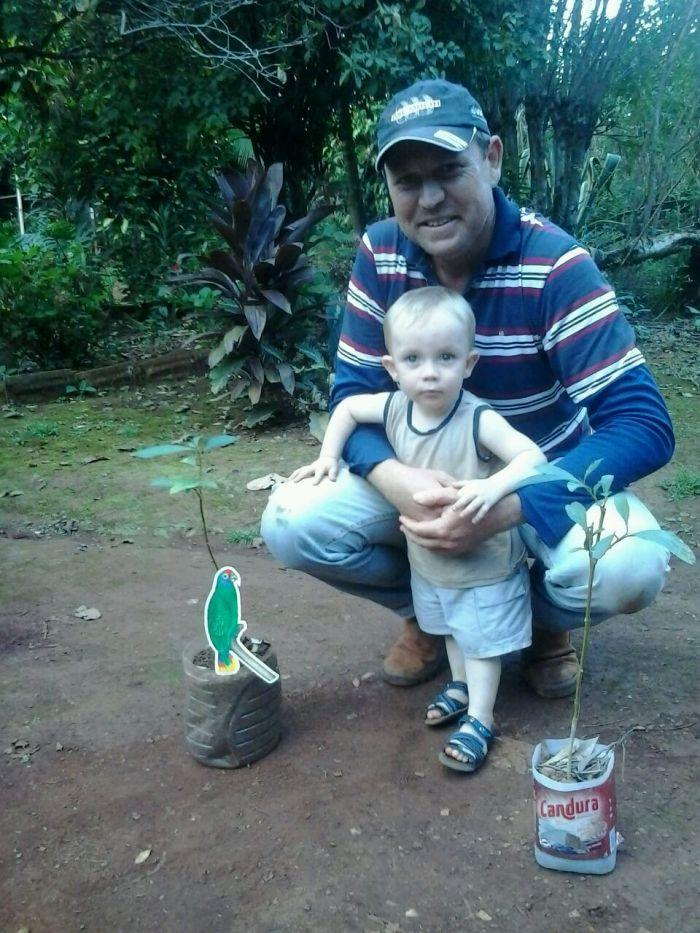 Imagens do dia - Eduardo e o pequeno José Daniel em Tupãssi (PR)