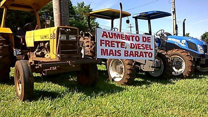 Imagem do dia - Greve do PR - Agricultores apoiam a paralisação dos caminhoneiros em Medianeira (PR)