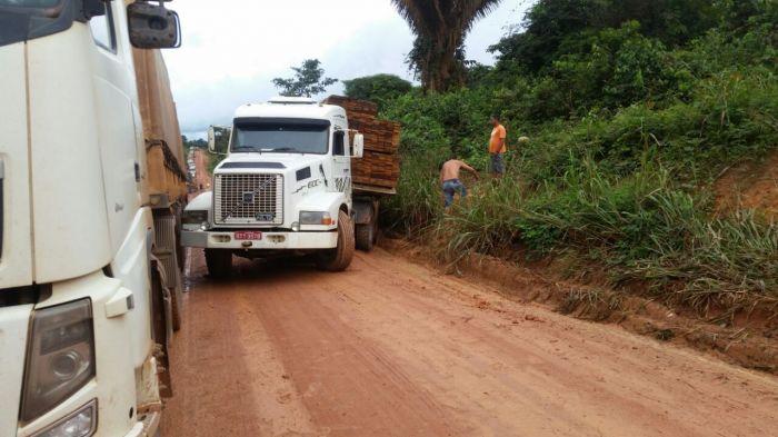 Caminhões parados em atoleiro na BR-163 (PA)