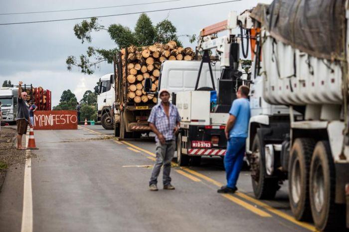 Imagem do dia - Várias rodovias ficaram paralisadas ou com trânsito lento - Bruno Covello / Gazeta do Povo