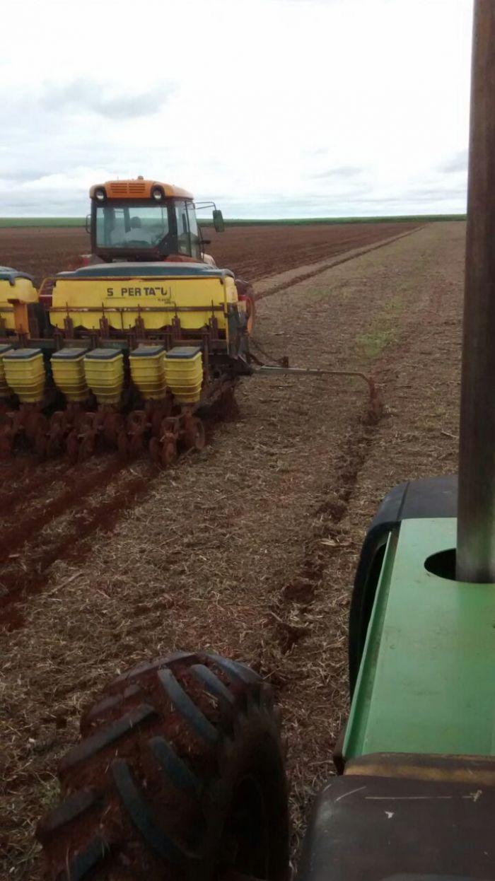 Imagem do dia - Plantio de milho safrinha, em Santa Helena de Goiás (GO), dos produtores rurais Reinaldo e Reginaldo.