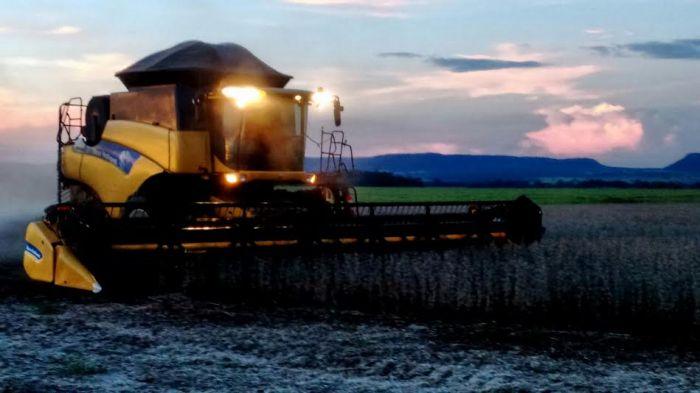 Imagem da colheita da soja em Dourados (MS). Foto do produtor rural, Edson Asanbugea, enviada por André Casarin.