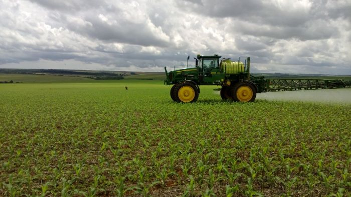 Imagem do dia - Tratamento de herbicida na lavoura de milho safrinha em Cristalina (GO), na Fazenda Santa Luzia da Família Bonato.