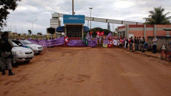 Manifestantes do MST em frente à Bunge - Luziânia/GO Foto: Aprosoja PA