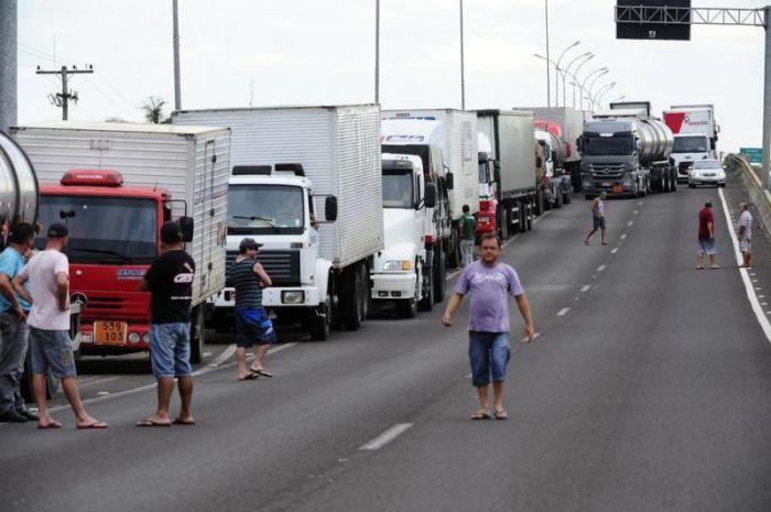 Imagem do dia - Greve do RS - Em Três Cachoeiras, cerca de quatro mil caminhões seguem parados no acostamento. Foto: Ronaldo Bernardi/Agencia RBS