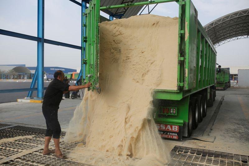 Descarregamento de açúcar bruto em Hilla, Iraque 21112017 REUTERSKhalid al-Mousily
